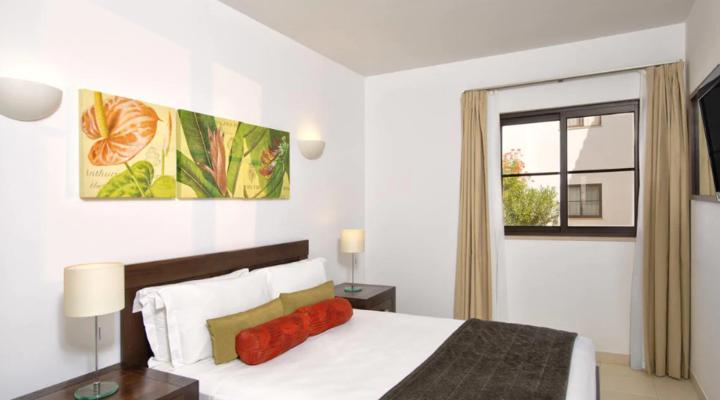 Slaapkamer met queensize bed van Suite met twee slaapkamers