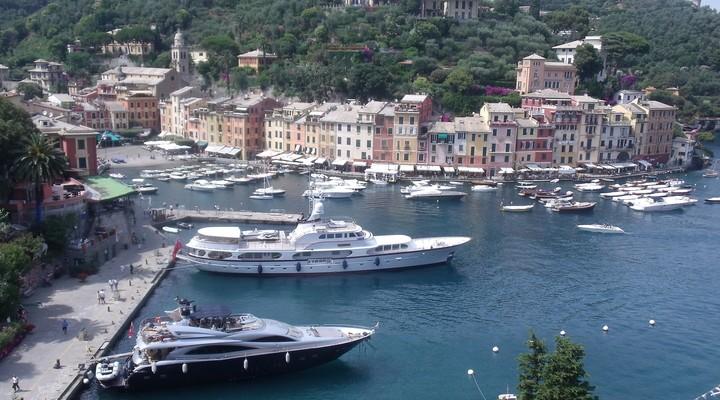 Portofino heeft ruige rotspartijen en is ingesloten door een mooie turquoise zee