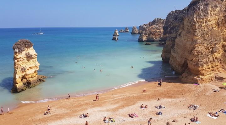 Lichtblauw water en goud zand bij Praia Dona Ana