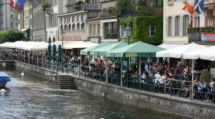 Restaurantjes aan de kade van Luzern