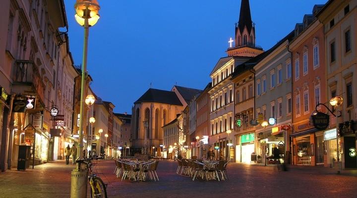 Centrum Villach in de avond, Oostenrijk