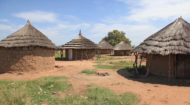 Huisjes in een village in Uganda