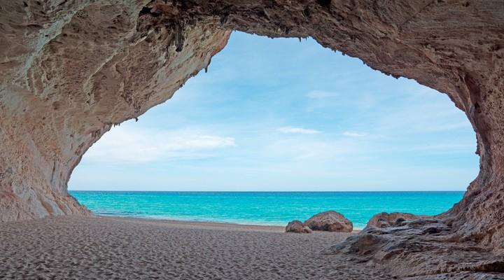 Zicht vanuit de grotten van Cala Luna