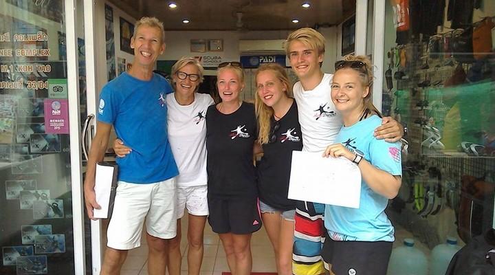 Sjon, Ellen, Ami Bignell en drie opgeleide duikers