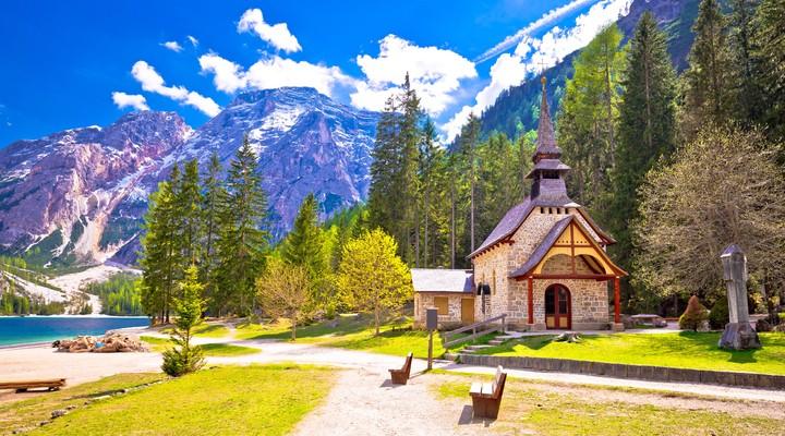 Kerk aan de Pragser Wildsee