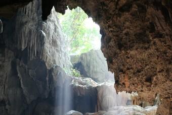 Mooi lichtinval, grot in Laos