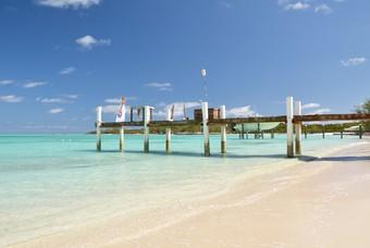 Wit zandstrand met helderblauwe zee, Bahamas