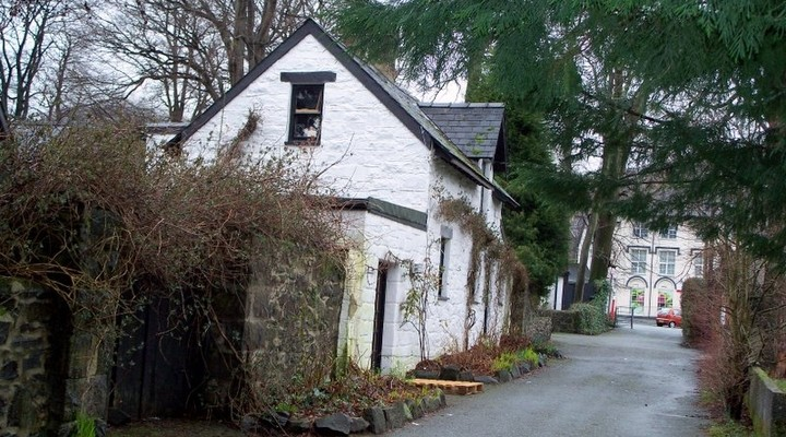 Witte cottage in straat Wales