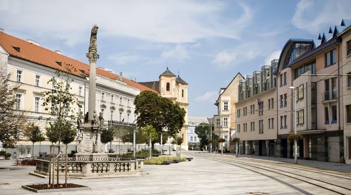 Plein met standbeeld in Bratislava