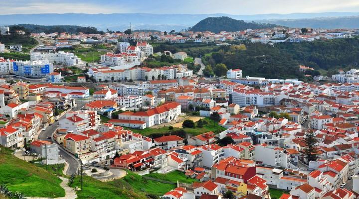 Nazaré, dorp met veel witte huizen in Portugal