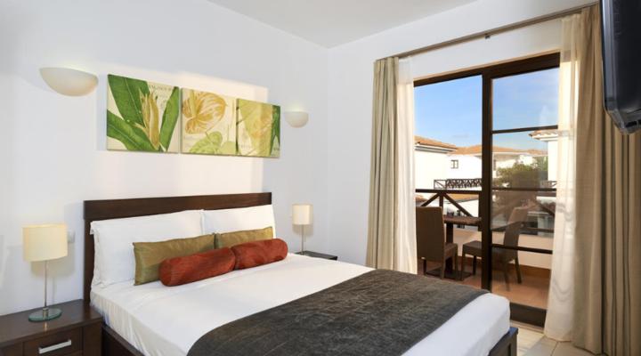 Slaapkamer met queensize bed van Villa met drie slaapkamers