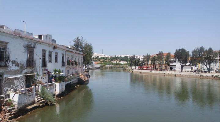 Door Tavira loopt de Gilão rivier