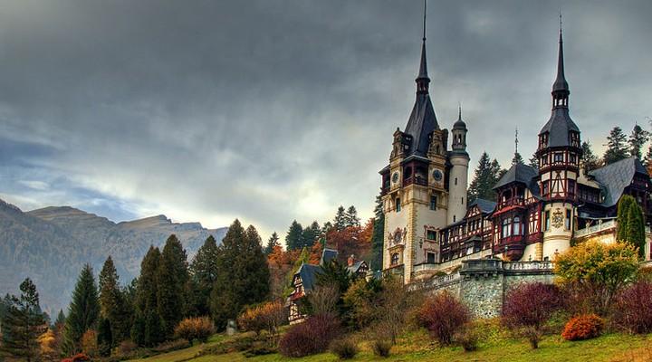 Mooi kasteel in Roemenie met donkere lucht