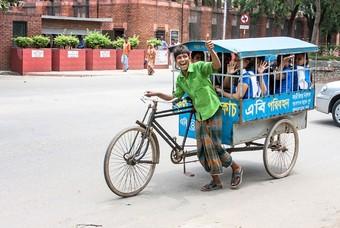 Jongen uit Bangladesh op fiets