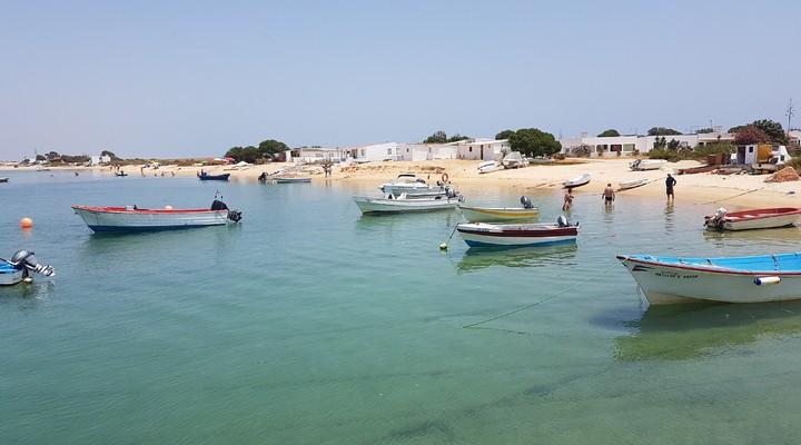 Het witte strand en helderblauwe water van Farol