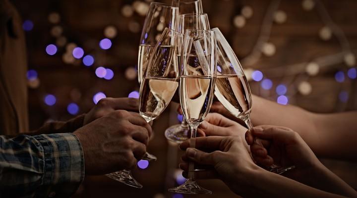 Met champagne proosten op het nieuwe jaar