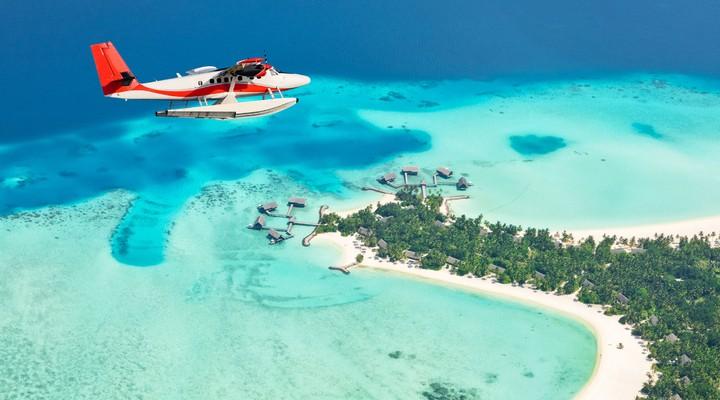 Vliegtuig boven de Malediven