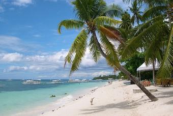 Wit strand aan de Filipijnen