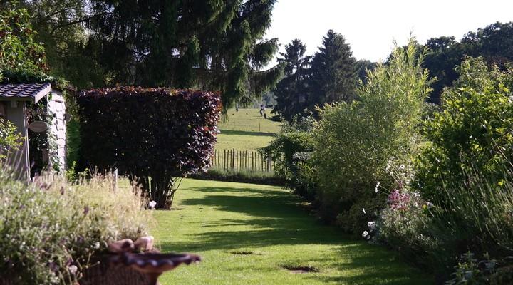 De tuin met uitzicht op de weilanden