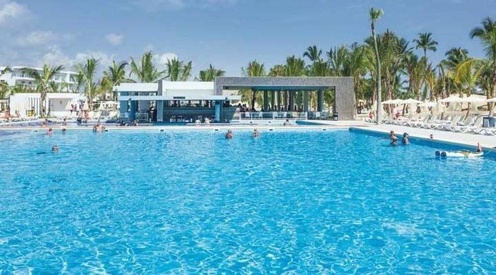 Een van de zwembaden van RIU Republica