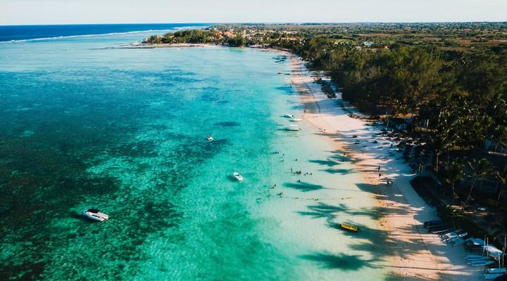 Kustlijn Belle Mare op Mauritius