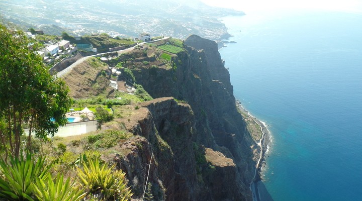 Een prachtige hoge klif in Madeira met uitzicht over de blauwe oceaan