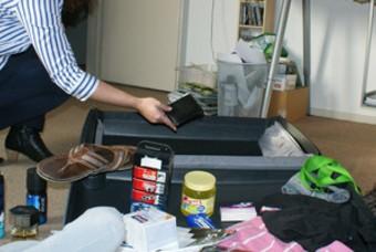 Vrouw pakt koffer van de man in