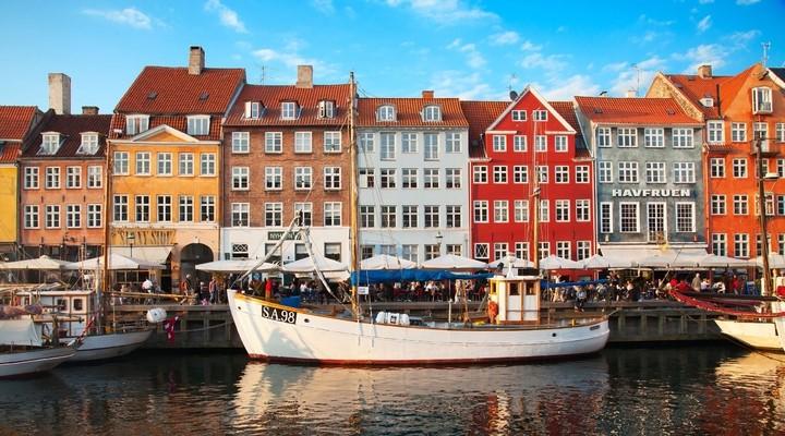 Gekleurde huisjes aan het water in Denemarken