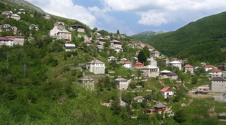 Berglandschap met dorp, Macedonie