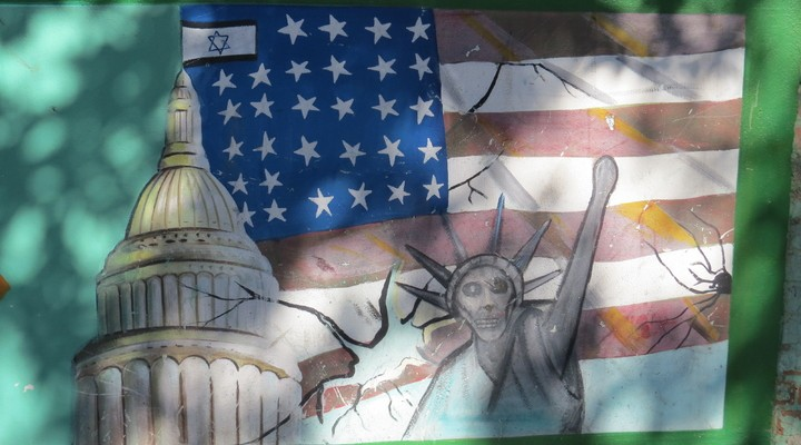 Graffiti bij de Amerikaanse ambassade