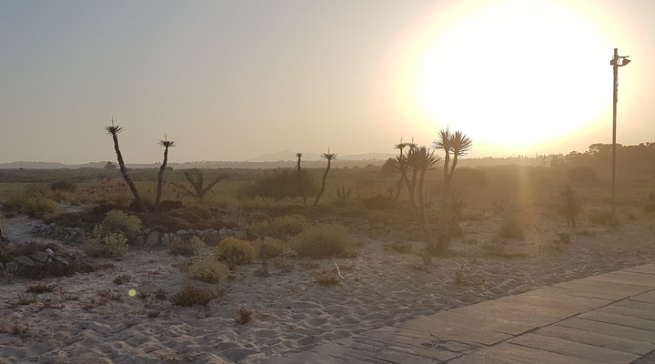 Mysterieuze zonsondergang bij Barril Beach
