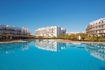 Groot zwembad bij het Sol Dunas Resort