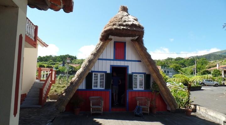 Schattige rode puntige huisjes met een riet dak