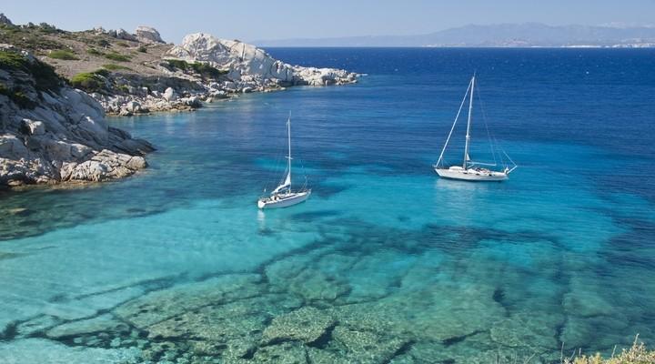 Het helderblauwe zeewater bij Sardinië