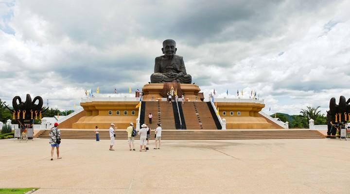 Standbeeld Luang Pu Thuad in Hua Hin