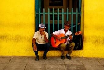 Riksja koppelt reizigers aan Cubaanse locals