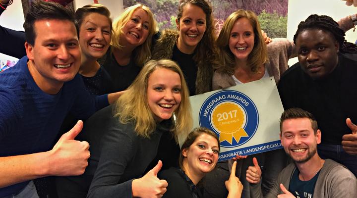 Het team van Riksja Travel met de Reisgraag Award
