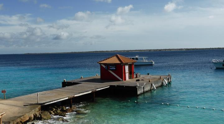 Helderblauw water op Bonaire