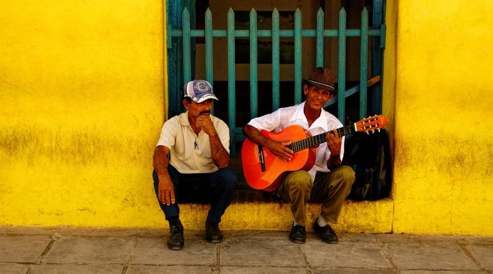 Gitaar spelen met de locals op  Cuba