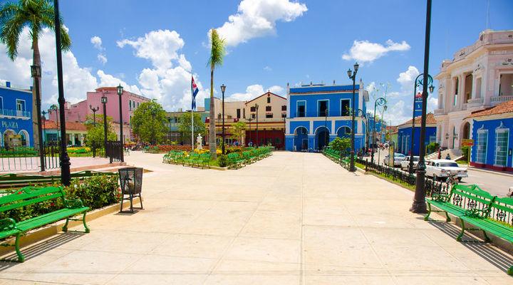 Vrolijk gekleurde huizen in de stad Sancti Spiritus
