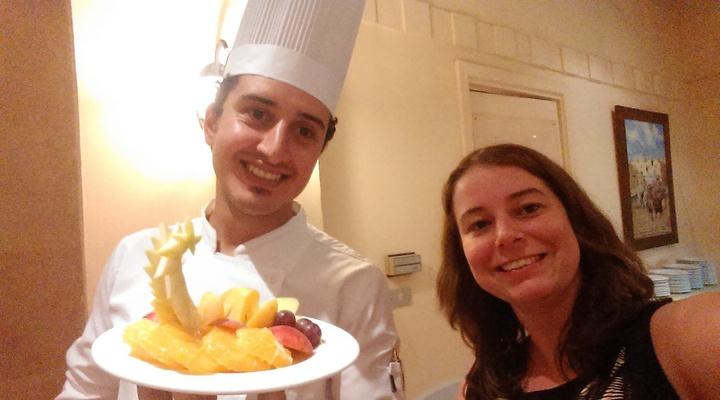 Een selfie met een van obers van het hotel