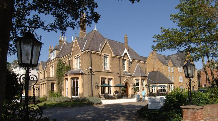 Het vooraanzicht van Cotswold Lodge Classic Hotel