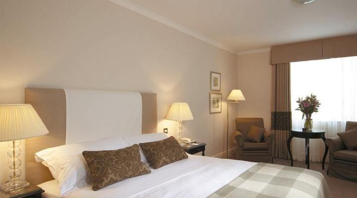 Een van de slaapkamers van het Macdonald Randolph Hotel