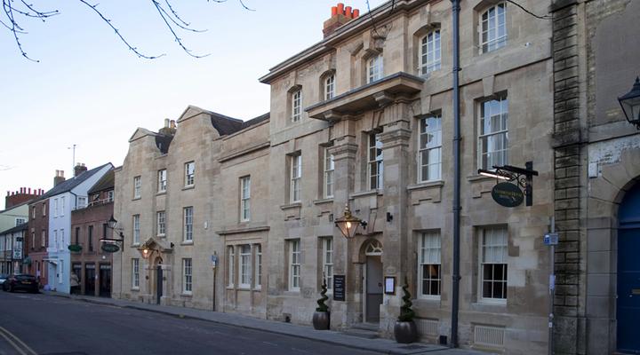 Het vooraanzicht van Vanbrugh House Hotel