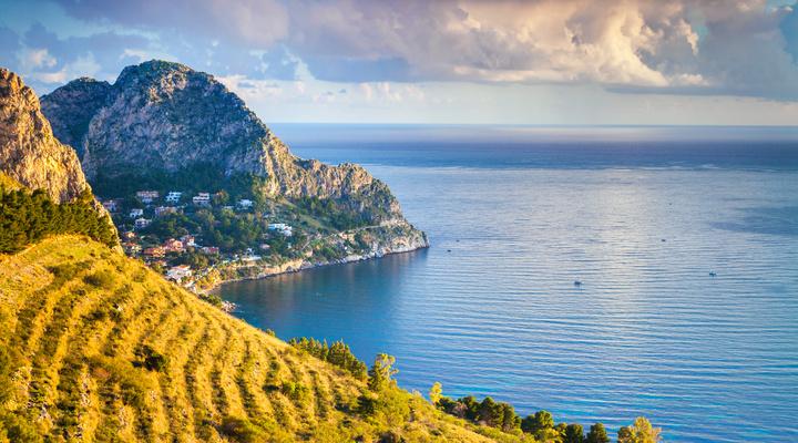 De kustlijn van Sicilië