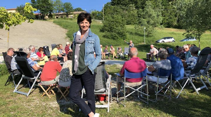 Martine van Os bij de groep kampeerders ©MAX