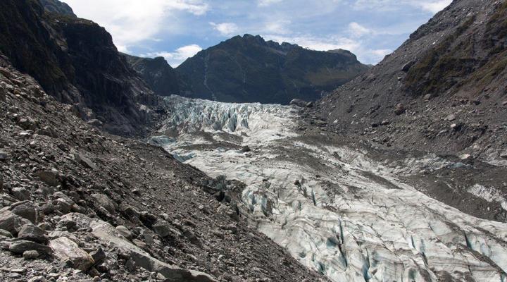 Het nationaalpark ''Fox Glacier'' met steile bergen en rotsen