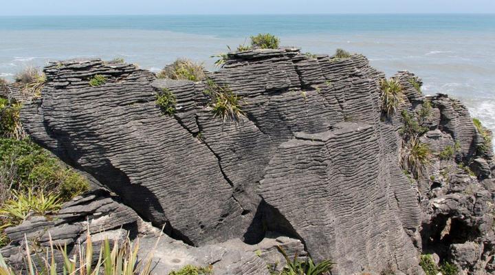 Een enorme donkergrijze rots '' de Pancake Rocks ''