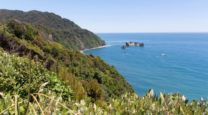 De adembenemende kustlijn met groen bedekte bergen