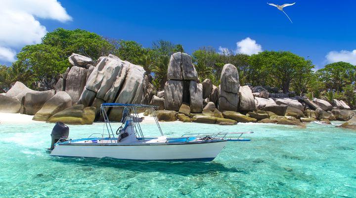 Een bootje bij de Seychellen